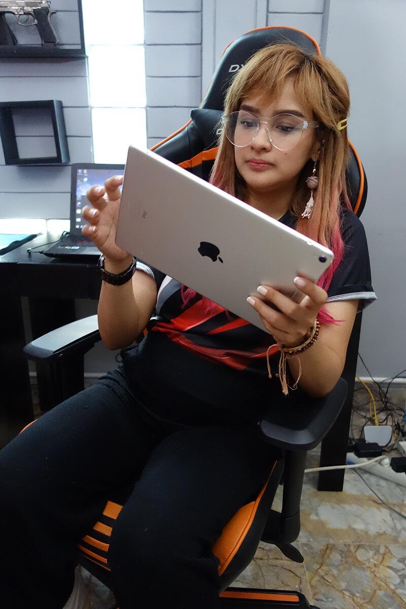 Ridha Audrey sedang menggunakan iPad