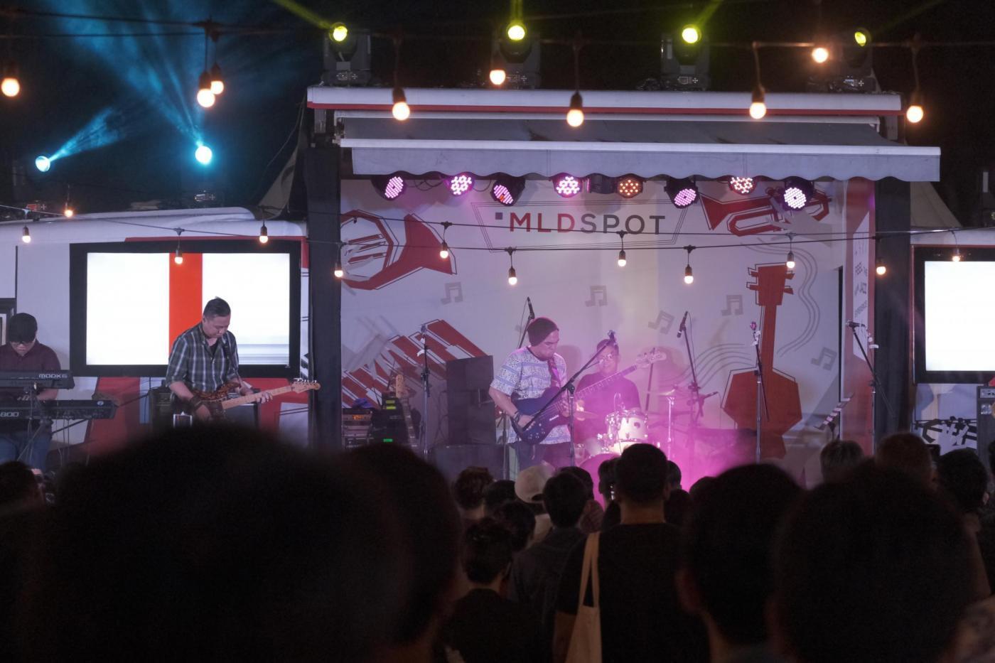 Barry Likumahuwa sihir penonton dengan penampilannya di Stage Bus Jazz
