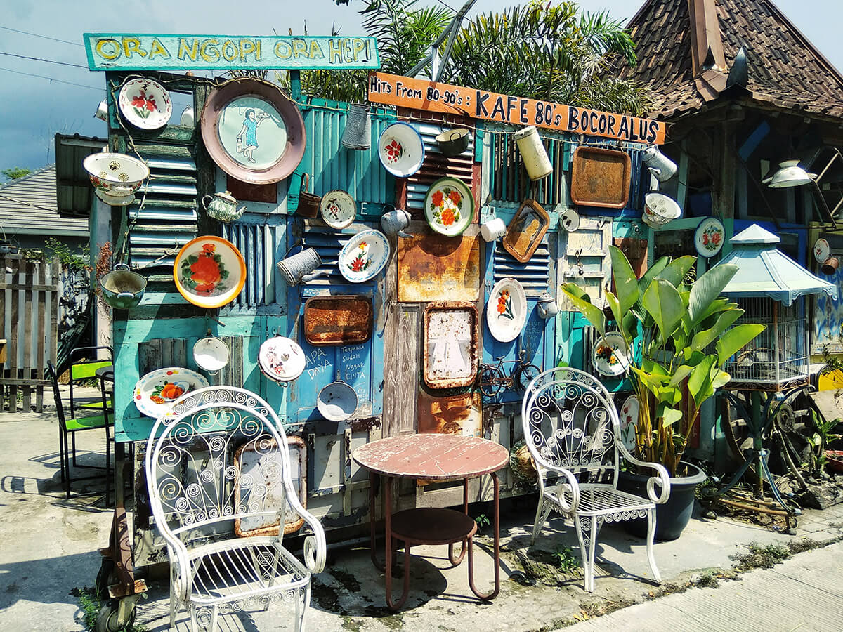 Salah satu sudut Kafe Bocor Alus yang dipenuhi beragam barang antik