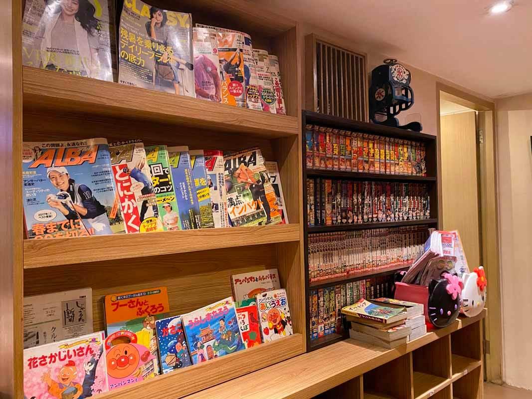 Reading Corner dengan berbagai bacaan berbahasa Jepang