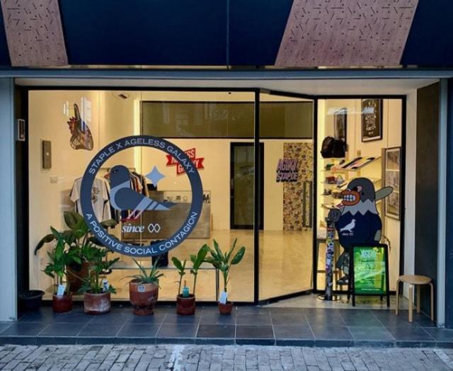 Kolaborasi baru di tahun baru AGLXY menggandeng desainer awal New York, Jeff Staples. Kayak apa kerennya koleksi mereka ya? simak selengkapnya di sini!